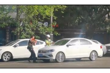 女交警给老公贴罚单视频拍照者意料之外的摆拍